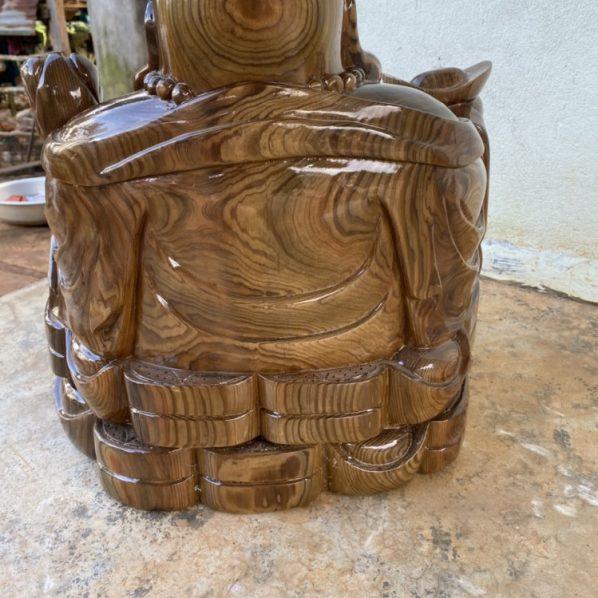 tượng di lặc để bàn gỗ thủy tùng daklak