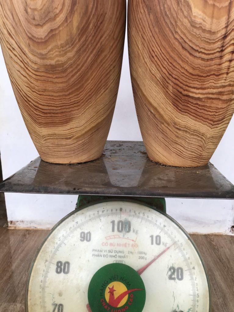 Chất gỗ chắc nặng bởi gỗ thủy tùng đỏ có chứa 1 lượng tinh dầu thơm rất lớn