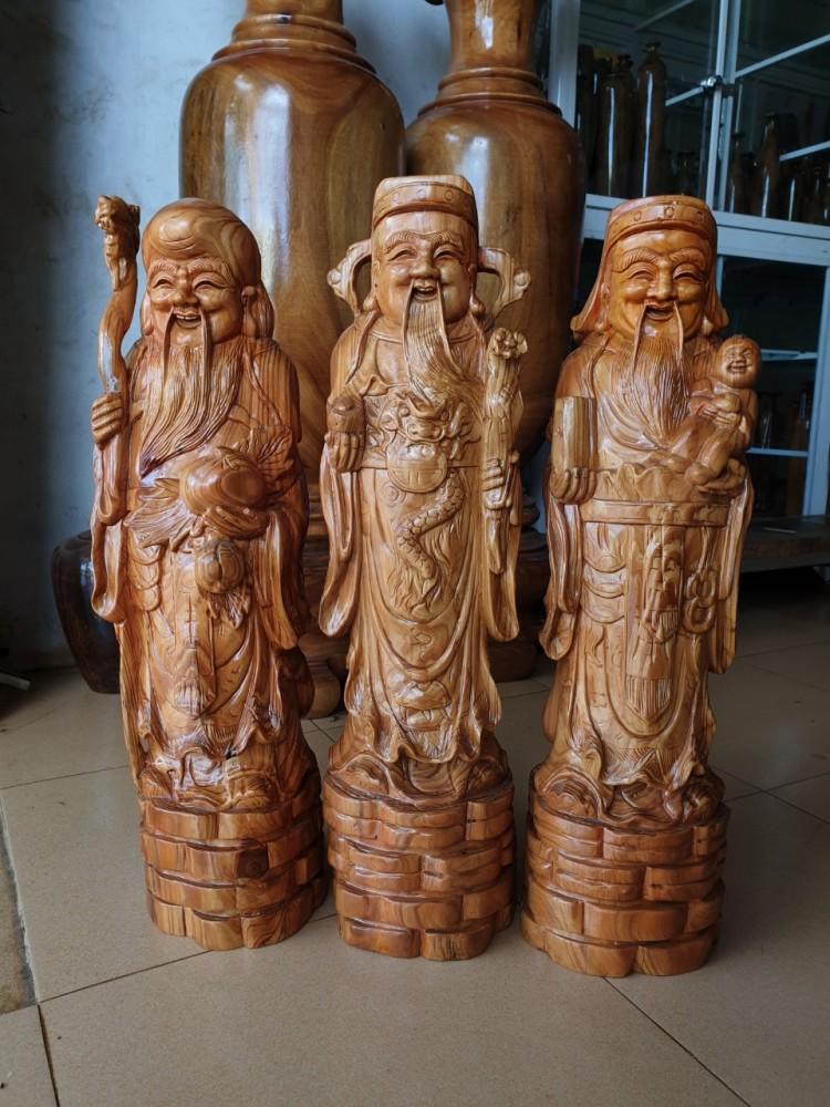 Tam đa gỗ thủy tùng đỏ cao 60 cm, rộng 18cm, vân gỗ có màu nâu đỏ, mùi thơm hơn gỗ thủy tùng xanh