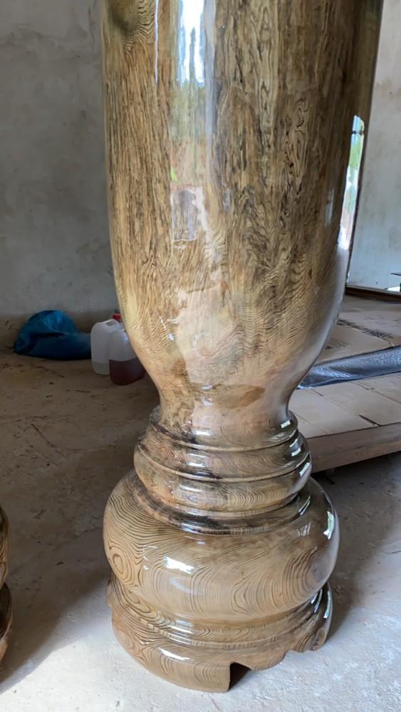 Được chế tác từ thân cây thủy tùng nguyên khối, cổ thụ lâu năm, chứa nhiều tinh dầu thơm và đường vân đẹp nhất.