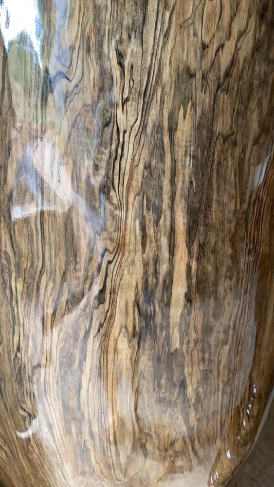 Trong một khúc gỗ thủy tùng sẽ xuất hiện rất nhiều kiểu vân khác nhau được định giá trị giảm dần theo: vân Chun, vân Sụn, vân Nu, Mắt xoáy gỗ và vân chuối... Đặc biệt là vân Chun, Sụn được rất nhiều dân chơi mê gỗ săn tìm vì đường nét vân gỗ tạo ra được một tác phẩm cực kỳ đẹp mà không một tác phẩm nào giống tác phẩm nào.