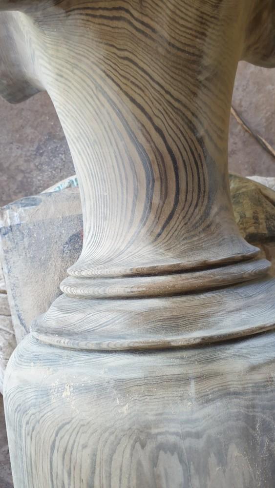 Phần cổ bình với các đường vân nổi bật
